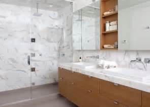Salle De Bain Carrelage Blanc #2: rev%C3%AAtement-mural-salle-bain-luxe-marbre-blanc-meubles-bois.jpg