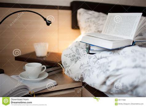 sul letto un libro aperto sul letto libri e tazza di caff 232 sul
