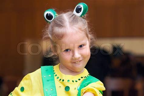 kleines m 228 dchen in urlaub karneval frosch kost 252 m stock foto colourbox