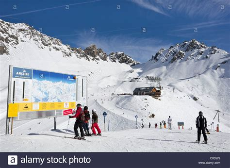 ski hutte skiers looking at ski piste map with ulmer hutte