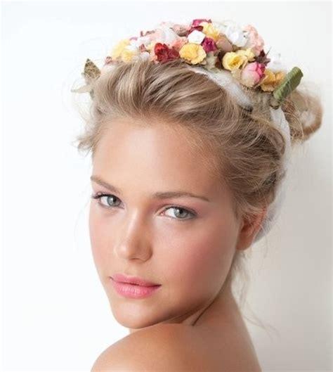 fiori capelli capelli in fiore la moda delle corone di petali sulla testa