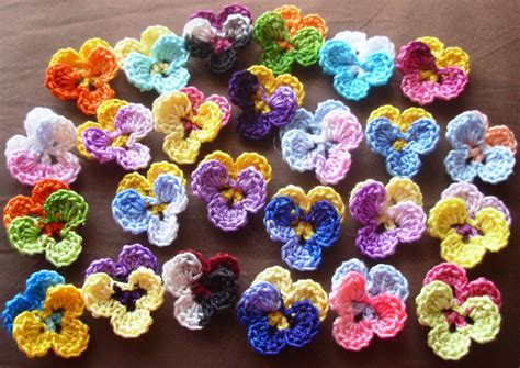 piccoli fiori all uncinetto crochet flowers ideas for using crochet flowers in projects