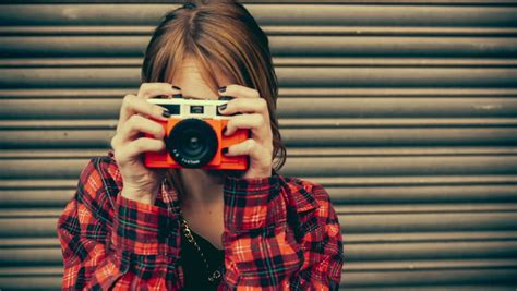 imagenes hipster camara teenage hipster woman having fun taking pictures with old