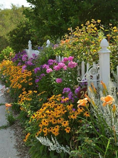 white cottage garden flowers best 20 cottage gardens ideas on lupine
