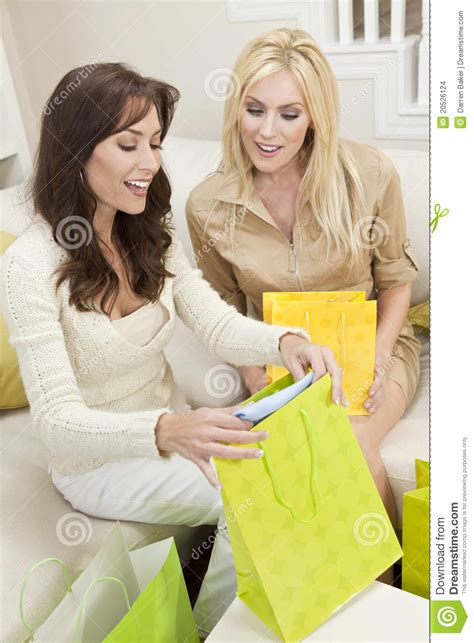 einkaufen zu hause zwei frauen freunde die zu hause in den einkaufen beuteln