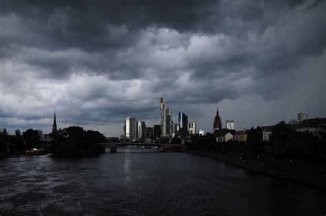 banken hessen das abendlicht reflektierende unterbelichtete banken foto
