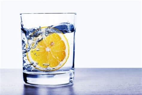 bicchieri d acqua i benefici di un bicchiere di acqua e limone