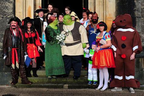 real life shrek wedding shrek wedding amanda and nathan gibbs paint themselves