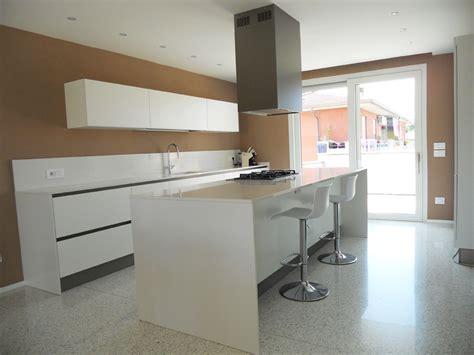 cucina bianco opaco cucina isola bianco opaco e tavolo rovere arredamenti barin