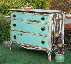 This gorgeous distressed dresser just makes me think of fun sunny