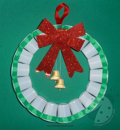addobbi natalizi con bicchieri di plastica ghirlanda con bicchieri di plastica per addobbi di natale