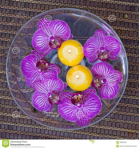 candele gialle stazione termale con i fiori e le candele di