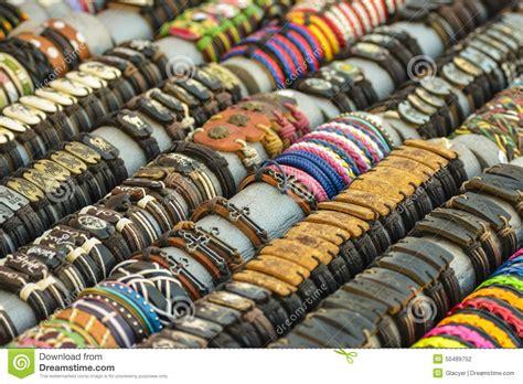 pulseras de cuero hechas a mano pulseras de cuero hechas a mano coloridas foto de archivo