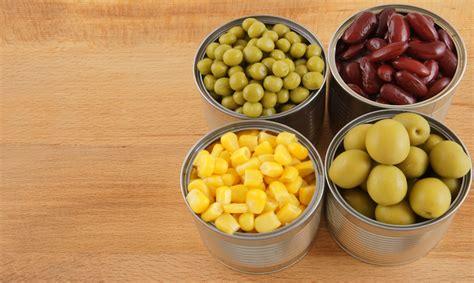 tavola calorie alimenti cibi in scatola e freschi italiani a tavola e troppe