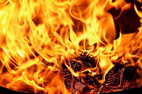 ein feuer im garten offenes feuer im garten das gilt es zu beachten