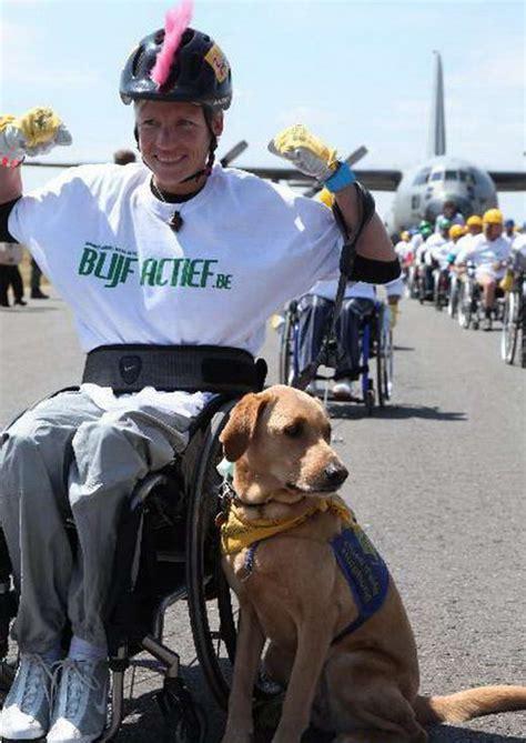 Kursi Roda Orang Cacat penderita cacat ini menyeret pesawat kargo menggunakan