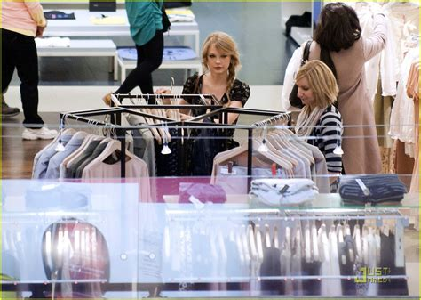 taylor swift tour paris taylor swift paris shopping stop photo 409615 photo