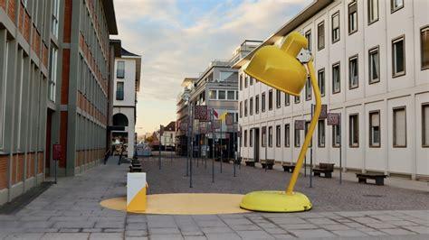 gelbe lampen beleuchten highlights der innenstadt