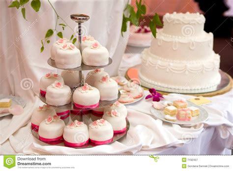 hochzeit kuchen abgestufter kuchen der hochzeit drei lizenzfreie