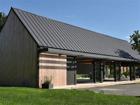 toiture de hangar un abri de piscine inspir 233 des hangars agricoles maison