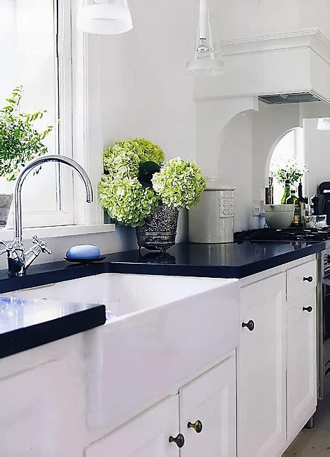 black cabinets concrete countertops kitchen dekoracyjne projekty kuchni