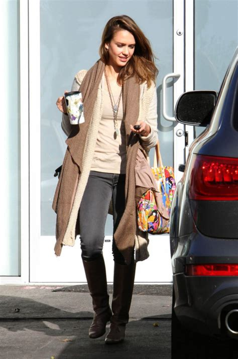 focused on the future jessica alba liked what she saw on thursday as looks de jessica alba focus sur son impressionnante