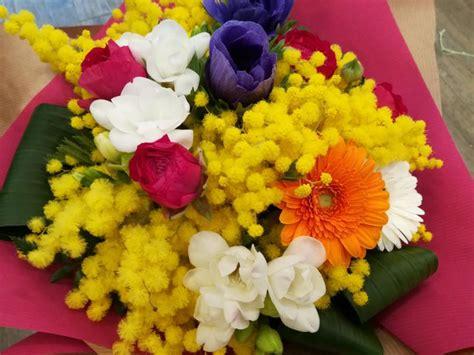 bouquet mimosa e fiori foto bouquet fiori mimosa