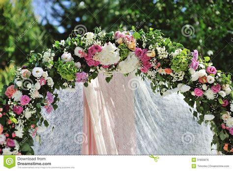 arco fiori arco di nozze con i fiori fotografia stock immagine di