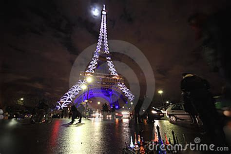 torre eiffel di notte illuminata torre eiffel illuminata alla notte fotografia editoriale