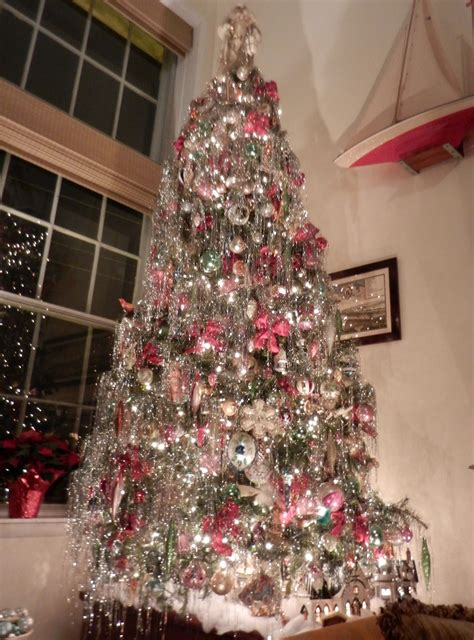 decorating a christmas tree to look old fashioned knickerbocker style design an fashioned tree