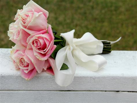 How To Make A Bouquet Of Roses With Paper - use silk ribbon to create a wedding bouquet how tos diy