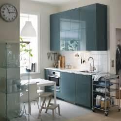 une cuisine moderne avec murs blancs et portes en