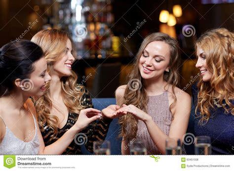 Verlobungsring Frau by Frau Die Ihren Freunden Verlobungsring Zeigt Stockfoto