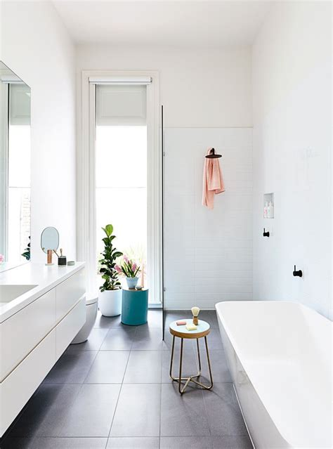 łazienka z kabiną prysznicową walk in km we wnętrzu