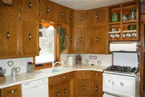 kitchen cabinets with handles in middle he really was just trying to be helpful dura supreme