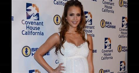 focused on the future jessica alba liked what she saw on thursday as dentelle et transparence jessica alba est une future