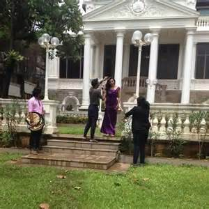 Srk Home Interior Shahrukh Khan S Wife Gauri In The Lawn Of Their Bungalow