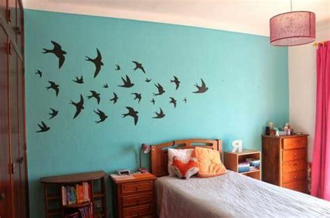 Bien Deco Murale Chambre Fille #2: id%C3%A9es-pour-la-chambre-d-ado-mur-en-bleu-clair-deco-avec-stickers-adhesifs-avec-oiseaux.jpg