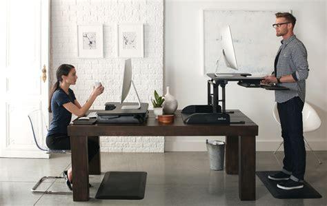 bureau pour travailler debout tms r 233 duire le mal de dos avec les plateformes assis