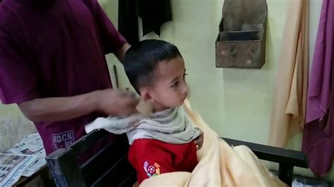 Kursi Potong Rambut Anak lucunya anak kecil potong rambut geli se goyang pundak