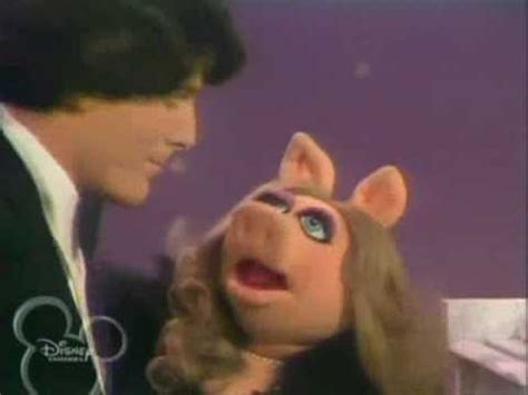 christopher reeve the muppet show muppet show christopher reeve ms piggy sing together
