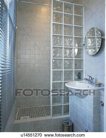 vestidor bricomart stockfotografering glas mursten brusebad mur ind
