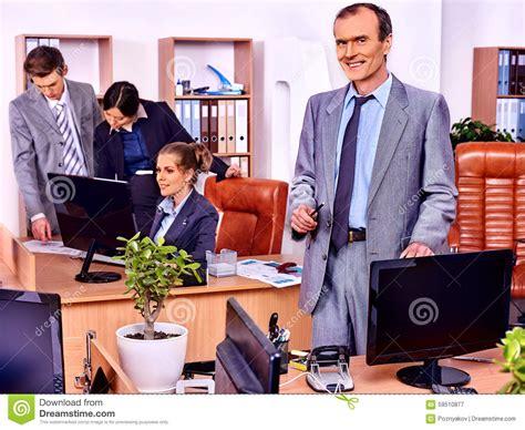 dans le bureau gens d affaires de groupe dans le bureau photo stock
