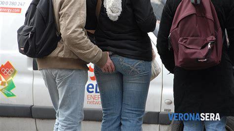 donne con il sedere di fuori ubriaco palpeggia delle ragazze durante la sfilata dei