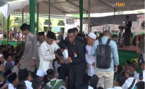 Kaos Mahasiswa Rantau Terpopuler aksi mahasiswa riau di depan presiden pakai kaos quot hidup di