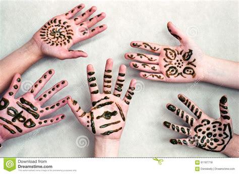 kinder henna hands stockfoto bild von indisch angezeigt