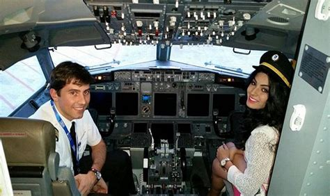 cabina de avion miss viaj 243 sentada en la cabina del avi 243 n cr 243 nica