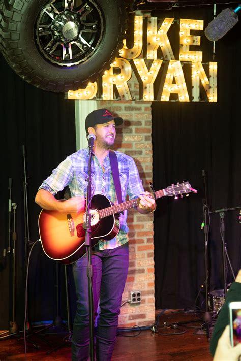 luke bryan farm tour lineup luke bryan plays to 30 000 fans during free downtown