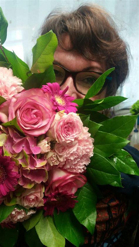 bloemen achter potsierlijk bloemen en decoratiewinkel
