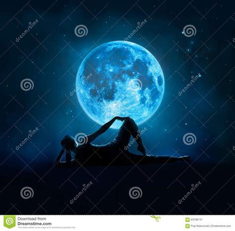 imagenes abstractas de la luna la mujer abstracta es yoga en la luna llena azul con la
